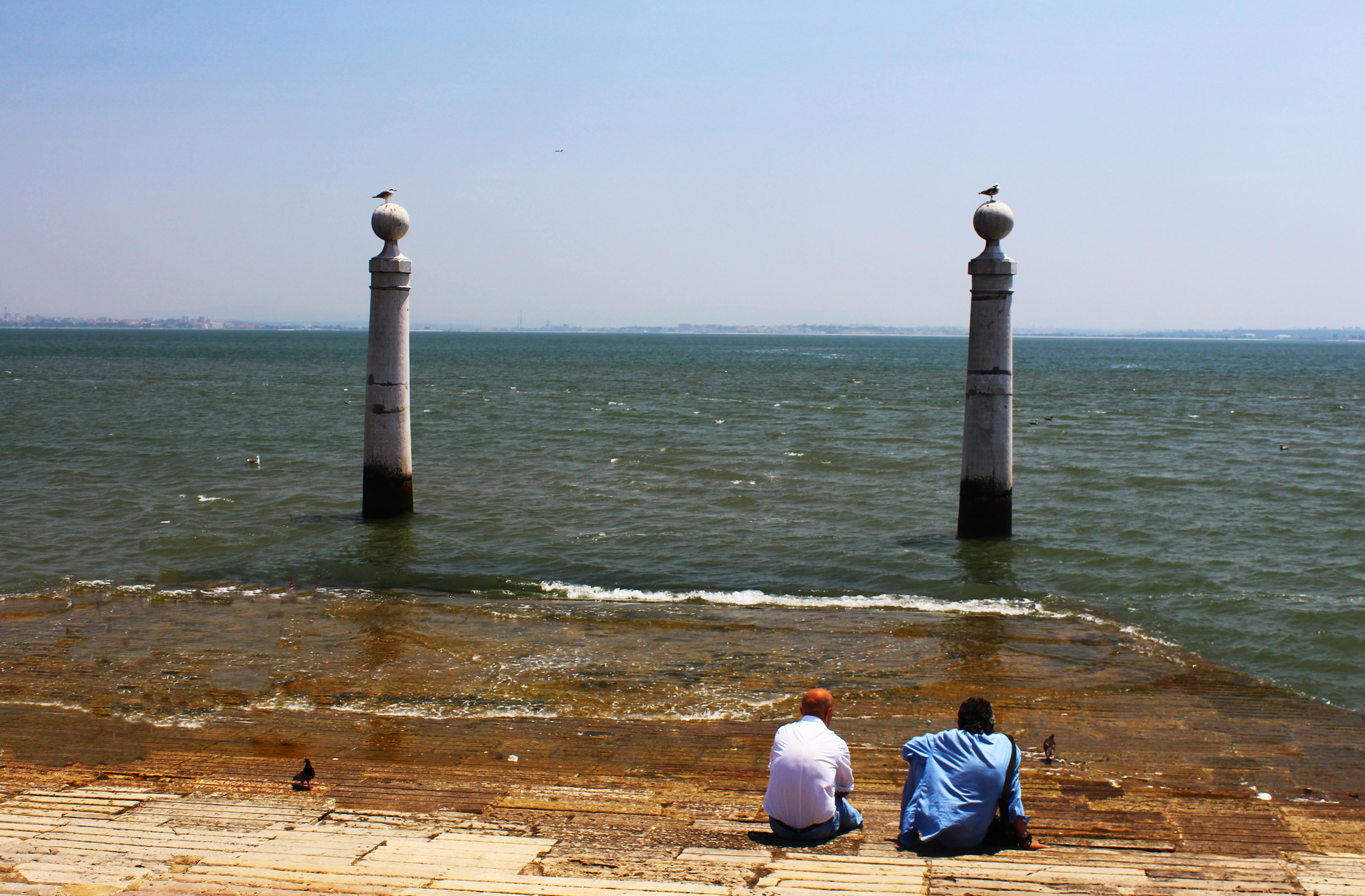 friends tagus river cais das colunas