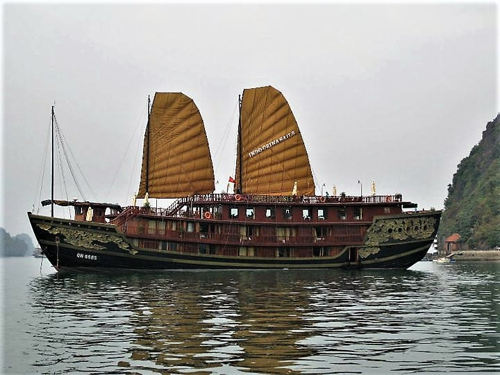 Chinese junk halong bay